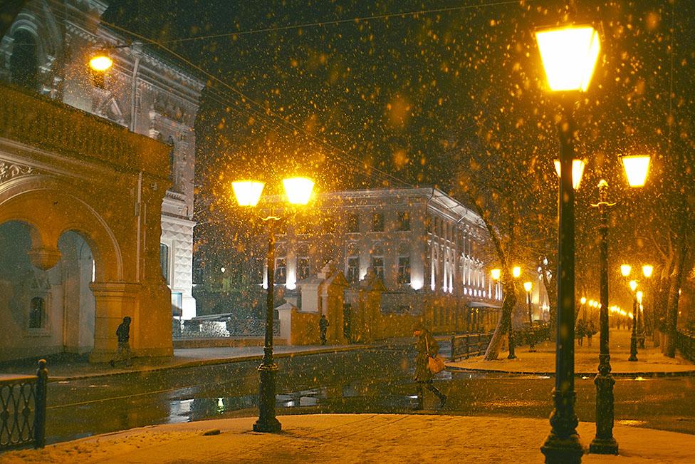 Тимур Пакельщиков. Фонари близ дворянского собрания вечером. Проспект Мира в Костроме и падающий снег.